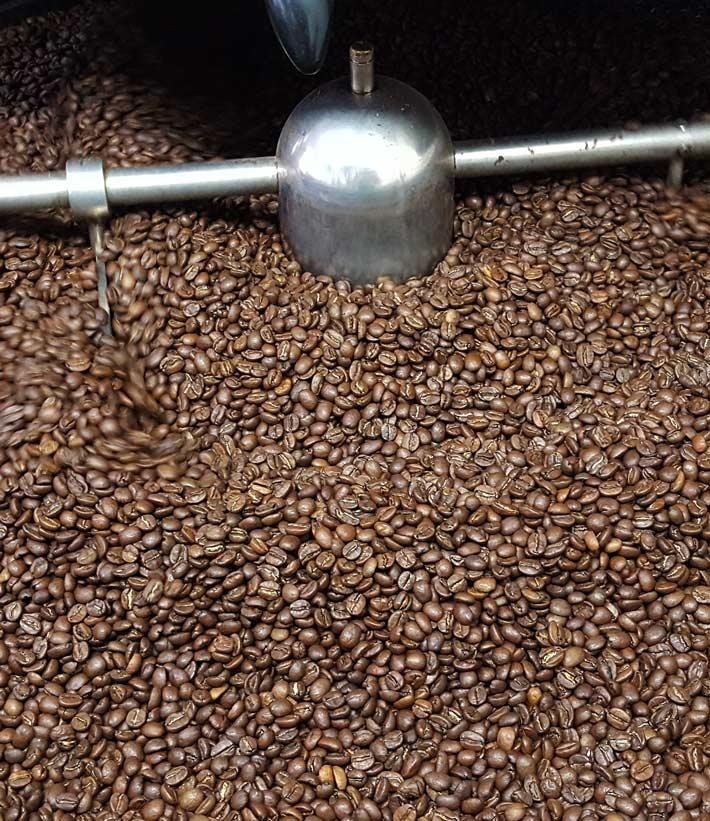 Kaffee Bohnen frisch geröstet im Kaffeeröster Auffangsieb zum auskühlen und mit langsam rotierendem Mischer - der Kaffee hat sieht schonend gesund geröstet und die braunen Bohnen haben eine ansprechend appetitliche Farbe